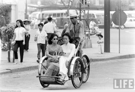 áo-dài-ngồi-xe-xich-lo-viet-nam-sai-gon-1961