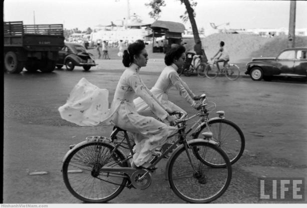 cô-gái-mặc-áo-dài-đi-xe-đạp-sài-gòn-xưa