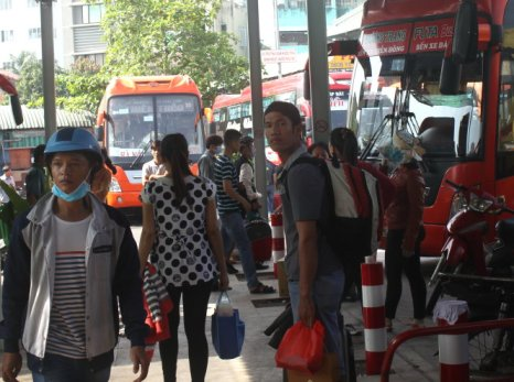Hành khách  ¿n  b¿n xe MiÁn ông lên xe vÁ  quê n t¿t sáng 2-2. ¢nh: éc Phú.