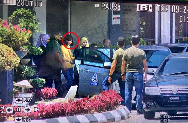 16일 오후 1시20분경, 말레이시아 쉐팡 경찰서에서 이송되고 있는 두 번째 여성용의자의 모습을 중국 중앙(CC)TV 취재진이 포착했다. 이 여성은 황색 상의에 푸른색 하의를 입고 있었으며 경찰차량 4대로 이송됐다고 CCTV는 보도했다. [출처: CCTV 캡처]